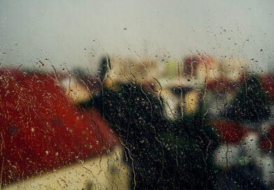 Vindue der skal poleres efter regnvejr