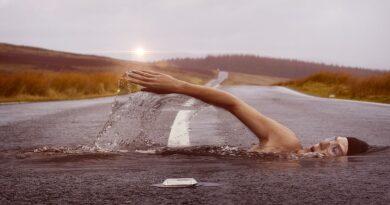Svømmer på oversvømmet vej