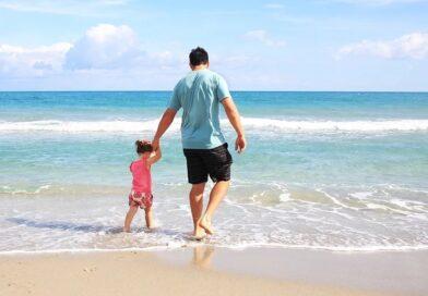 Far og datter på stranden